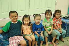 children seated (the foreign photographer - ฝรั่งถ่) Tags: five children kids seated khlong thanon portraits bangkhen bangkok canon