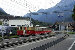 RD18938.  SPB Nr. 19 at Wilderswil. (Ron Fisher) Tags: spb schynigeplattebahn rackrailway rail railway railroad eisenbahn chemindefer schmalspurbahn voieetroite narrowgauge narrowgaugerailway train transport publictransport zahnradbahn schweizerischeeisenbahnen schweiz dieschweiz lasuisse suisse switzerland swissrailways railwaysofswitzerland compactcamera eisenbahninderschweiz eisenbahneninderschweiz sony sonyrx100iii sonyrx100m3 ferrovia 800mmspur 800mmgauge locomotive electriclocomotive tren trein