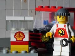 Einmal volltanken, bitte - HMM (captain_j03) Tags: toy spielzeug 365toyproject lego minifigure minifig mikethemechanic shell macromondays markenzeichen brandandlogos