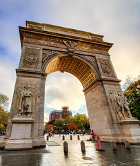 (Kylee Vincent Photography) Tags: new york nyc ny empire state kylee ulianokylee vincent usa unitedstatesofamerica america view art photography architecture city buildings building history historic empirestate fall autumn vacation trip walk 2019 october oct manhattan icon iconic arch arc washington square park gold golden sunset light rain damp drizzle uliano