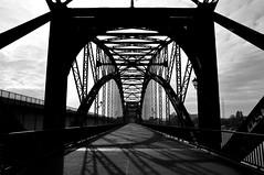 Brücke über die Süderelbe / Bridge across the `Süderelbe` (Lichtabfall) Tags: elbe schwarzweiss monochrome blackandwhite blackwhite einfarbig sw bw hamburg brücke bridge süderelbe