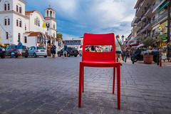 Roter Stuhl am Stadtplatz