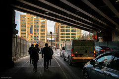 Caminando bajo el puente (ricardocarmonafdez) Tags: newyork manhattan brooklyn streetphotography cityscape urban lights shadows color nikon d850 24120f4gvr people ciudad city