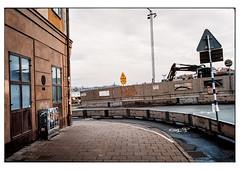 (schlomo jawotnik) Tags: 2019 oktober stockholm schweden gamlastan altstadt ecke gebäude baustelle stromkasten bauzaun bagger volvo strasenschild asphalt lichtmast analog film kodak kodakproimage100 usw