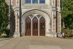 Doorway, Anheuser–Busch Hall (Law School), Washington University — Clayton, Missouri (Pythaglio) Tags: anheuser busch hall building structure historic washingtonuniversity stlouiscounty saintlouiscounty clayton missouri gothic collegiategothic englishrevival stone stonework tudorarched doorway entry