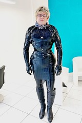 Beim Friseur (Gabriela Brown) Tags: latex gummi rubber girl woman frau black overknee boots stiefel blond shiny friseur hairdresser glänzend dress kleid