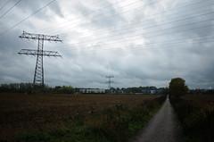 Feld, Weg (tom-schulz) Tags: ricoh grii rawtherapee gimp berlin thomasschulz weg strommast himmel wolken feld
