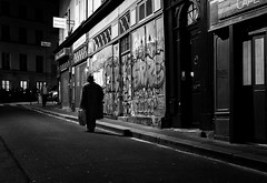 Paris, rue de l'Arbalète (christiandumont) Tags: monochrome streetphotography streetphoto streetlife street blackandwhite blackwhite bw nb noiretblanc paris rue nuit night x100f fujifilm