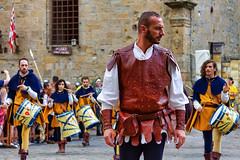 Audace cavaliere - Daring Knight (Eugenio GV Costa) Tags: approvato volterra pisa italy ritratto street soldiers knight outside portrait persone people soldati cavalieri