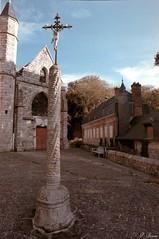Parvis de l'église St-Martin de St-Valéry-en-Caux (Philippe_28) Tags: saintvaleryencaux caux 76 seinemaritime france europe normandie normandy argentique analogue camera photographie film 135