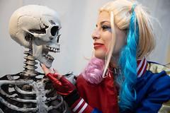Dead serious  #Bones (Gabi Breitenbach) Tags: halloween cosplayer portrait flickrfriday bones knochen huesos 主題 骨头 luccacomics cosplay skeleton girl conversation flirting smiling
