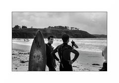 Crozon (Punkrocker*) Tags: nikon fm2n nikkor 50mm 5014 ai film kodak tmax 400 nb bwfp bnw monochrome plage beach people surf surfer lamer sea crozon presquîle finistere pennarbed bretagne brittany breizh france