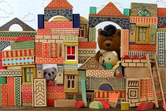 BUILDING || BLOKKENDOOS (Anne-Miek Bibbe) Tags: happyteddybeartuesday speelgoed toy spielzeug giocattoli juguetes bringuedos jouets bear teddybear beertje teddybeer beer speelgoedbeer nounours minibeer minibear blokkendoos blokken hout wood woodenblocks houtenblokken