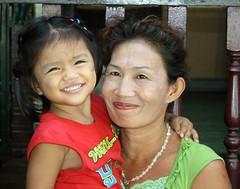 with grandma (the foreign photographer - ฝรั่งถ่) Tags: girl child cute grandma grandmother khlong thanon portraits bangkhen bangkok thailand canon
