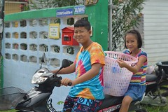 on the way to the laundromat (the foreign photographer - ฝรั่งถ่) Tags: brother sister laundry basket clothes motorcycle bangkhen bangkok thailand nikon d3200