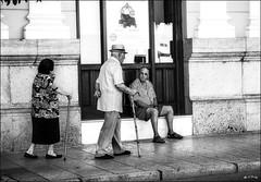 Toujours à l'unisson / Always in unison (vedebe) Tags: bleu ville city rue street hommes humain people noiretblanc netb nb bw monochrome