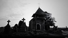"""""""La lumière ne fait pas de bruit."""" (Un jour en France) Tags: canoneos6dmarkii canonef1635mmf28liiusm eos noiretblanc noiretblancfrance picardie oise hautsdefrance cimetière église ciel sky contrejour silhouette"""