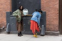Cambio de calzado (New York people) (Samarrakaton) Tags: samarrakaton 2019 nikon d750 2470 brooklyn nyc nuevayork newyork usa eeuu estadosunidos norteamerica viaje travel vacaciones holidays gente people woman mujer girl chica