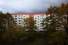 Berlin, Barther Straße (tom-schulz) Tags: eos6d ef1635 berlin thomasschulz rawtherapee gimp herbst häuserblock himmel wolken bäume