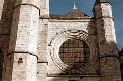 La rose de l'église de St-Valery-en-Caux (Philippe_28) Tags: saintvaleryencaux caux 76 seinemaritime france europe normandie normandy argentique analogue camera photographie film 135 église church