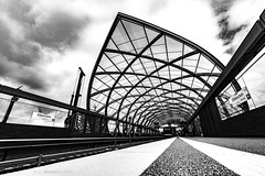 The Leaf (bjoernahrensfotografie) Tags: hamburg subway ubahn bahn train zug architektur architecture lines black white schwarzweiss