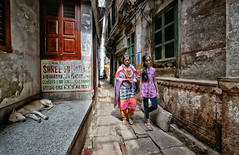 Ruelle de Varanasi (Ma Poupoule) Tags: varanasi bénarés bénarès inde india street rue ruelle chien dog femme woman asie asia