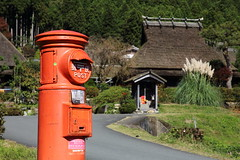 Mailbox in farm village (Teruhide Tomori) Tags: 京都 日本 南丹市 美山 茅葺き集落 田舎 秋 japan japon kyoto miyama roof tradition autumn countryside building architecture construction ポスト 丸ポスト mailbox 郵便ポスト