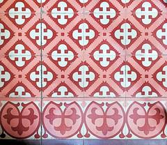 El Masnou - Sant Antoni 35 e (Arnim Schulz) Tags: modernisme barcelona artnouveau stilefloreale jugendstil cataluña catalunya catalonia katalonien arquitectura architecture architektur spanien spain espagne españa espanya belleepoque art kunst arte modernismo building gebäude edificio bâtiment faïence carreau glazed tile baldosa azulejos kacheln mosaïque mosaic mosaik mosaico baukunst tiles gaudí pattern deco liberty textur texture muster textura decoración dekoration deko ornament ornamento