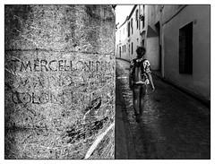 Pars, surtout ne te retournes pas (francis_bellin) Tags: noiretblancphoto espagne streetphoto street netb photoderue photographie cité streetphotographie rue blackandwhitephoto monochrome ville photographederue olympus andalousie blackandwhite cordoba bw 2019 noiretblanc