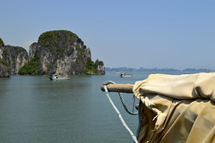 vela recogida, bahia de halong, vietnam (Pepe Rodríguez Cádiz) Tags: bahia halong vietnam velero velas islas mar sea viajes barco verde azul cielo marina