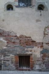 Rue de la Gaieté, L'Isle-Jourdain (Ivan van Nek) Tags: ruedelagaieté lislejourdain gers france windows wall muur occitanie midipyrénées 32 frankrijk frankreich decaying decay nikon nikond7200 d7200 redbricks bricks brickwall