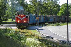Freight train T3284 (Arttu Uusitalo) Tags: freight train finnishrailways diesel locomotive dv12 vr summer day sunny canon ixus vaasa ostrobothnia finland green june 2009 t3284