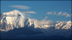 Morning flight (Poon Hill, Nepal) (armxesde) Tags: pentax ricoh k3 nepal himalaya berg mountain snow schnee poonhill sunrise sonnenaufgang wolke cloud dhaulagiri plane flugzeug flight flug