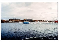 (schlomo jawotnik) Tags: 2019 oktober stockholm schweden bootstour boote museum museumsinsel vergnügungspark kran bugwelle welle analog film kodak kodakproimage100 usw