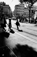 L'équilibriste de la famille... (woltarise) Tags: iphone7 streetwise foule ombres lumières contrasted passants jeux tramway rail enfants famille marseille france