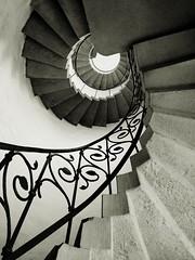 30167 Discovery (pix-4-2-day) Tags: hannover hanover nordstadt spiral staircase wendeltreppe stein stone geländer handrail up treppe stairs treppenstufen monochrome monochrom schwarzweis blackandwhite black white