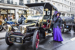 20191106_F0001: Veteran car from the Regent Street Motor Show (wfxue) Tags: london car antique regentstreet veterancar regentstreetmotorshow street portrait people wet rain costume candid wheels