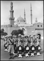 Archiv U329 Schottisches Militär unterwegs, 1960er (Hans-Michael Tappen) Tags: archivhansmichaeltappen archiv16 archivu soldaten militär uniformen helm gamaschen schuhe schottenröcke 1960s 1960er