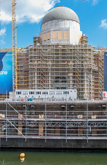 26 Berliner Schloß, Baustelle am Spreeufer (zimmermann8821) Tags: baugerüst baustelle schlos humboldt sommer spree spreeufer kran gebäude kuppel hohenzollern rekonstruktion wiederaufbau berlin stadtzentrum