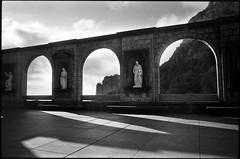 Арка на площади Монтсеррат (Natasha Buzina) Tags: montserrat spain arch square shadows film nikonfm2 blackandwhite пленка испания монтсеррат