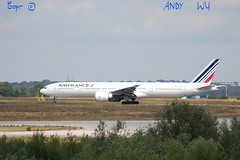 Boeing 777-300ER Air France (08/07/2019) (Starkillerspotter) Tags: 09r27l boeing 777300er air france takeoff paris cdg airport t2 grass trees fgzni