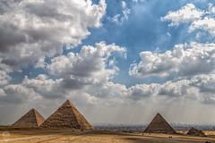Pirámides de Guiza con El Cairo al fondo. (Egg2704) Tags: egipto egypt guiza pirámidesdeguiza necrópilis necrópolisdeguiza pirámides artefunerariodelantiguoegipto antiguoegipto faraón faraones arquitectura eloygonzalo egg2704