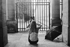 La gym au Palais-Royal (Paolo Pizzimenti) Tags: fille femme gym palaisroyal grille poissonnerie poissonnier vente dégustation paolo paris olympus zuiko omdem1mkii 25mm f18 film pellicule argentique photolab3 doisneau