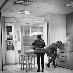 25Q19 (photo & life) Tags: paris france ville city cityscape rue street streetphotography women jfl photography photolife™ leica q2 leicaq2 blackandwhite noiretblanc squareformat squarephotography
