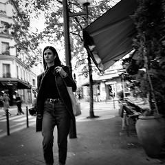 22Q19 (photo & life) Tags: paris france ville city cityscape rue street streetphotography women jfl photography photolife™ leica q2 leicaq2 blackandwhite noiretblanc squareformat squarephotography