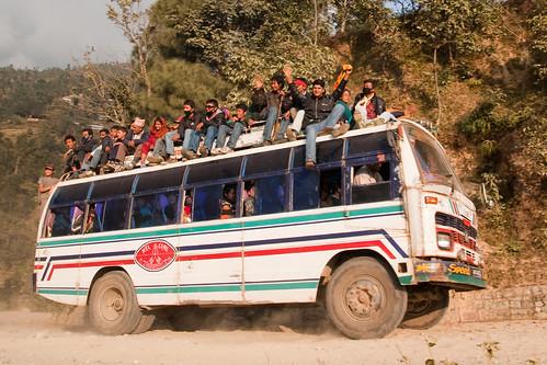 Car sur la route de Kathmandu