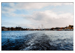 (schlomo jawotnik) Tags: 2019 oktober stockholm schweden boot bootstour tourist touristenfotografie vergnügungspark museum museumsinsel kran schiffe analog film kodak kodakproimage100 usw