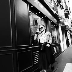 23Q19 (photo & life) Tags: paris france ville city cityscape rue street streetphotography women jfl photography photolife™ leica q2 leicaq2 blackandwhite noiretblanc squareformat squarephotography