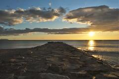Sunrise - Amanecer (En memoria de Zarpazos, mi valiente y mimoso tigre) Tags: seashore breakwater espigón beach playa spiaggia mare sea mar nubes clouds sun sol sole cielosconnubes sunrise amanecer alba alicante playadeelcampello campello nikon