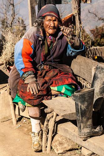Vieille femme sur le chemin de Thulo Syabru